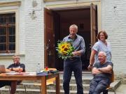 Ralf Smolin mit Blumen bei der Jahreshauptversammlung des Ascania Karate Traditionell e.V. 2021